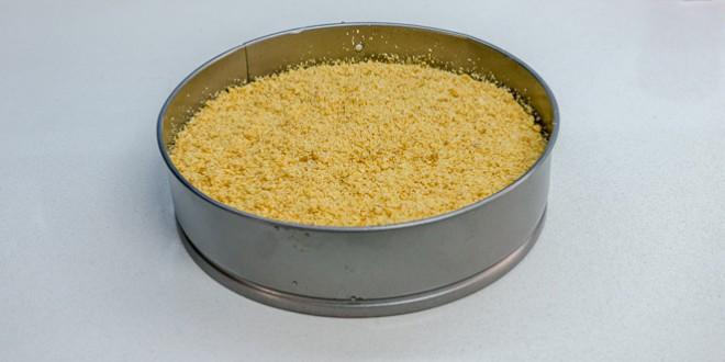 עוגת גבינה עם פירורים מוכנה