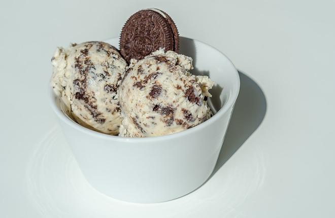כדור גלידת וניל עם עוגיות