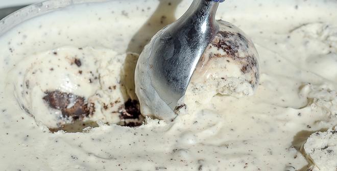 גלידה ביתית בטעם וניל ללא מכונה עם עוגיות אוראו
