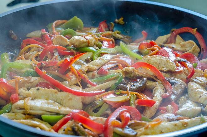 מוקפץ עם ירקות ורצועות עוף