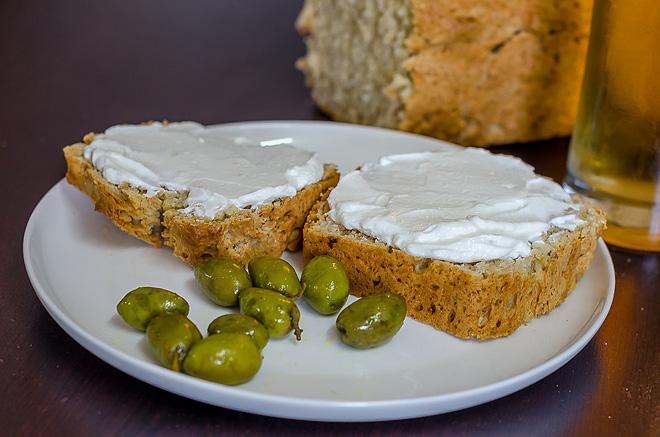 לחם עם גבינה לבנה