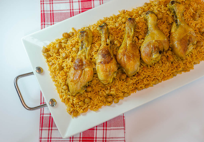 צלחת עוף עם אורז וחומוס