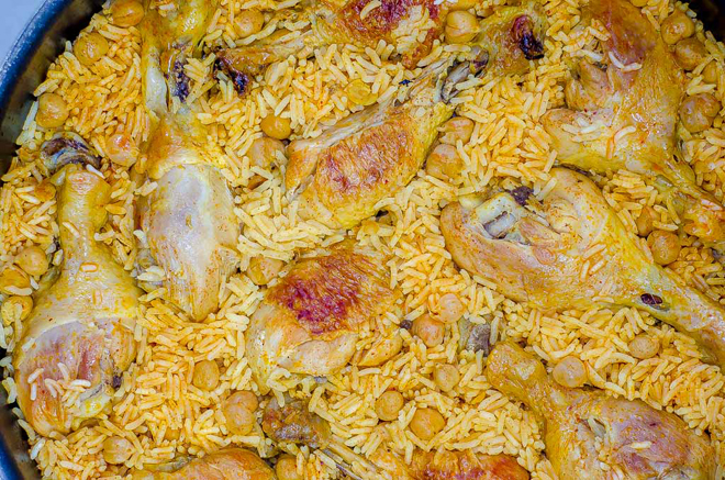 תבשיל עוף מוכן בסיר