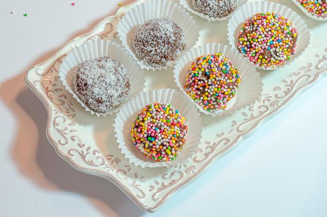 כדורי שוקולד עם סוכריות וקוקוס