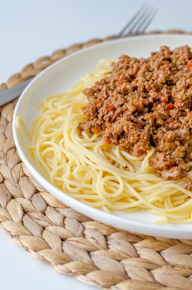 ספגטי בולונז מוכן לאכילה בצלחת