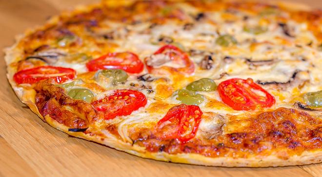 מתכון לפיצה ביתית דקה בסגנון איטלקי