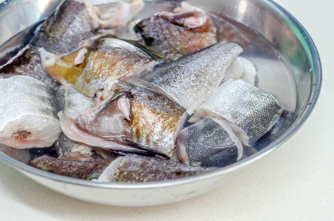 דג לחריימה מושרה במים ולימון