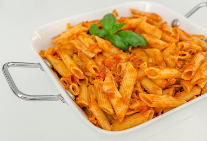 פסטה ברוטב עגבניות עם טונה