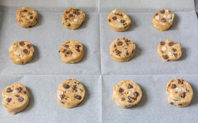 עוגיות שוקולד צ'יפס על ניר אפייה