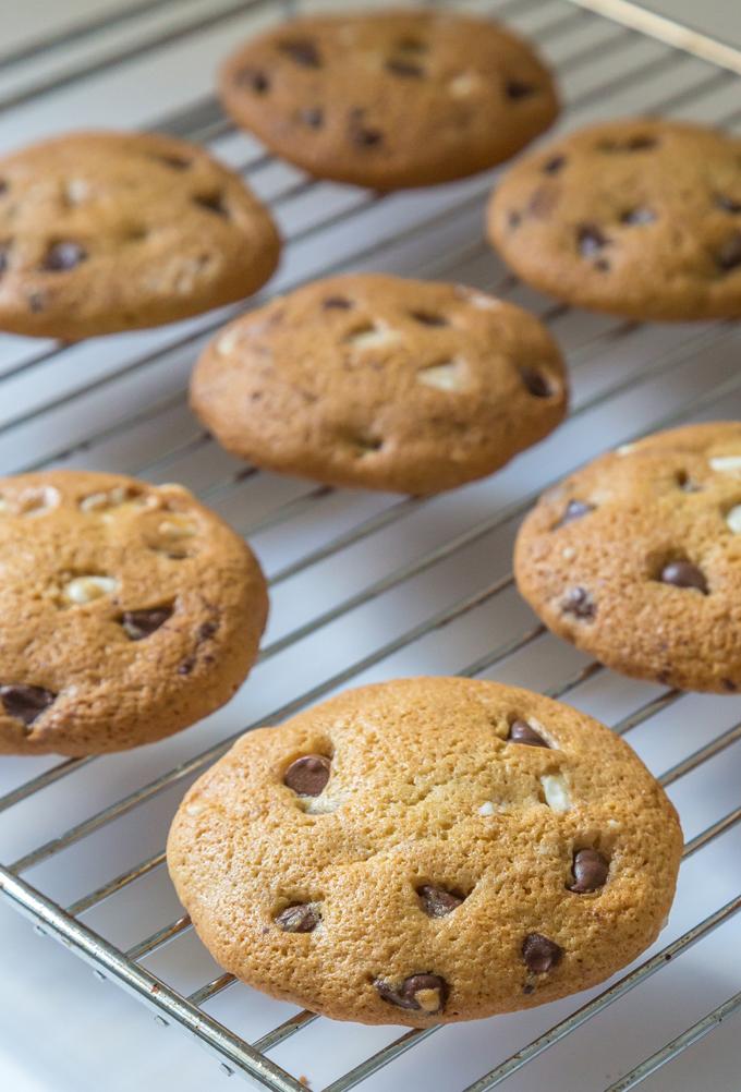 עוגיות שוקולד צ'יפס על רשת