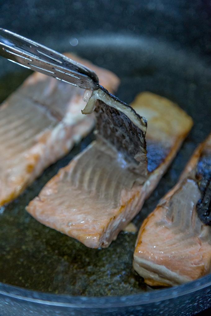 הסרת עור מדג סלמון