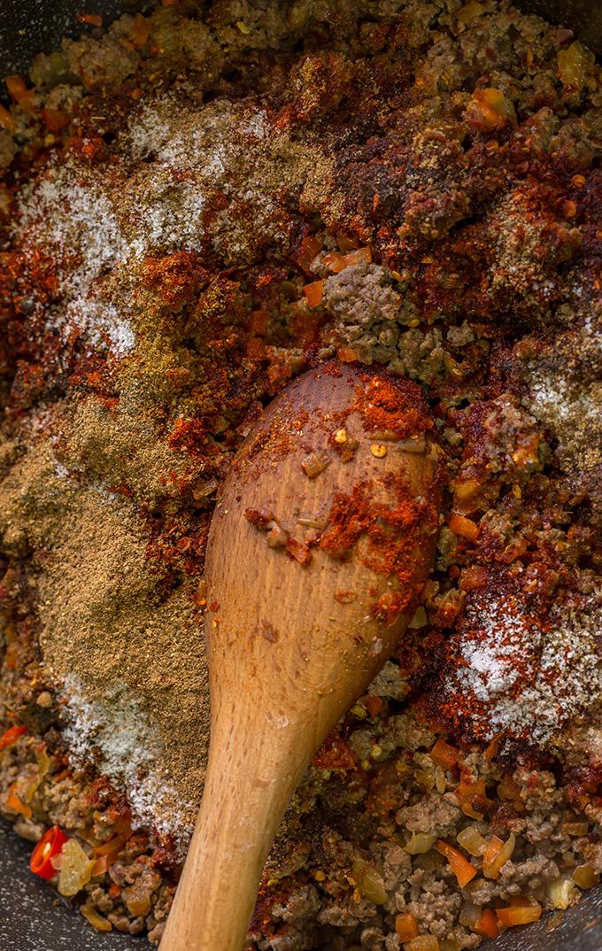 בשר טחון לצ'ילי קון קרנה עם תבלינים