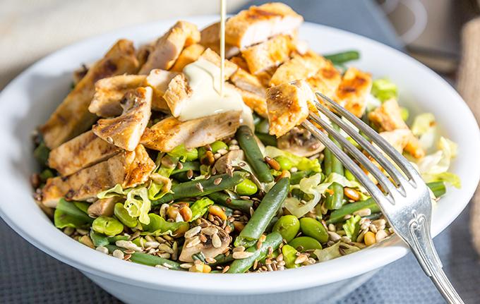 סלט עם חזה עוף יחד עם ירקות ירוקים ורוטב