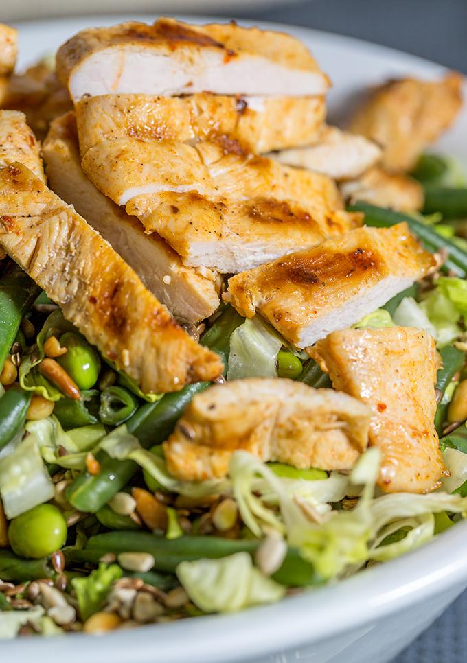 סלט עם חזה עוף יחד עם ירקות ירוקים