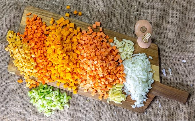 ירקות חתוכים לקוביות מסודרים על מגש